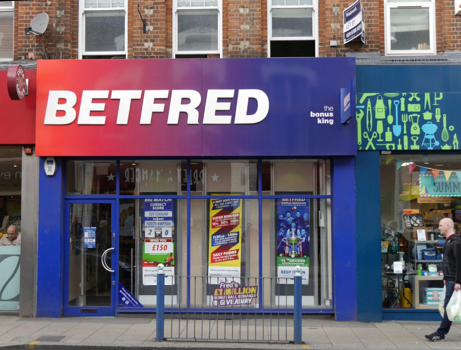 Les propriétaires de Betfred gagnent des millions de dollars en aidant les addicts aux jeux