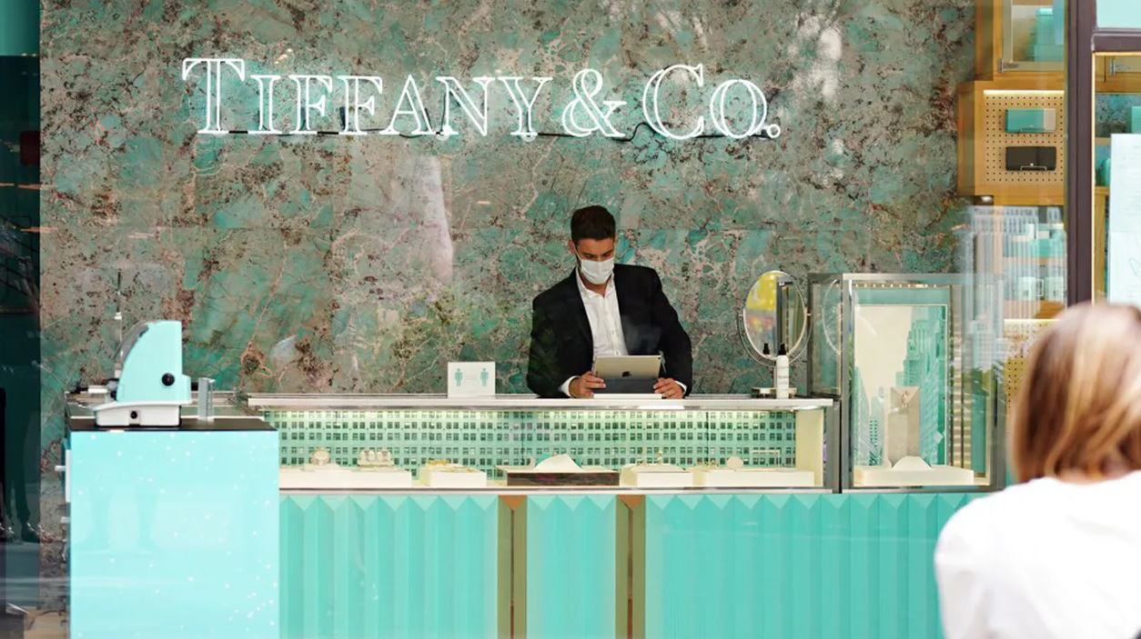 Tiffany poursuit LVMH pour avoir annulé un accord de 16 milliards de dollars