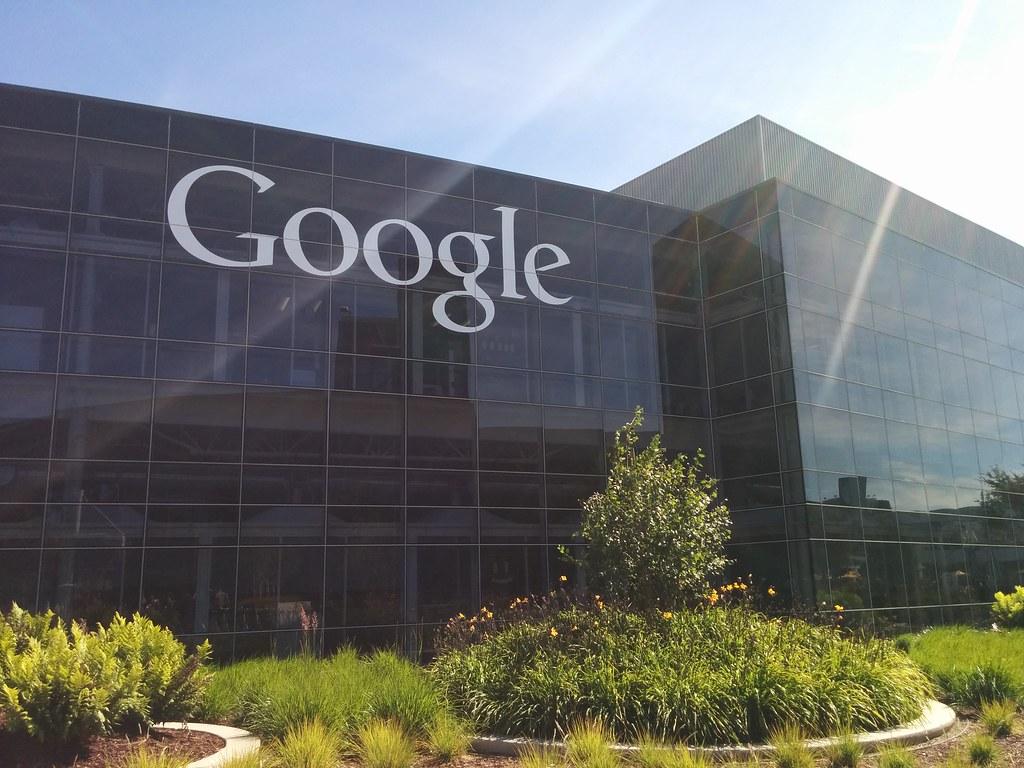 Google poursuit son ascension malgré les obstacles